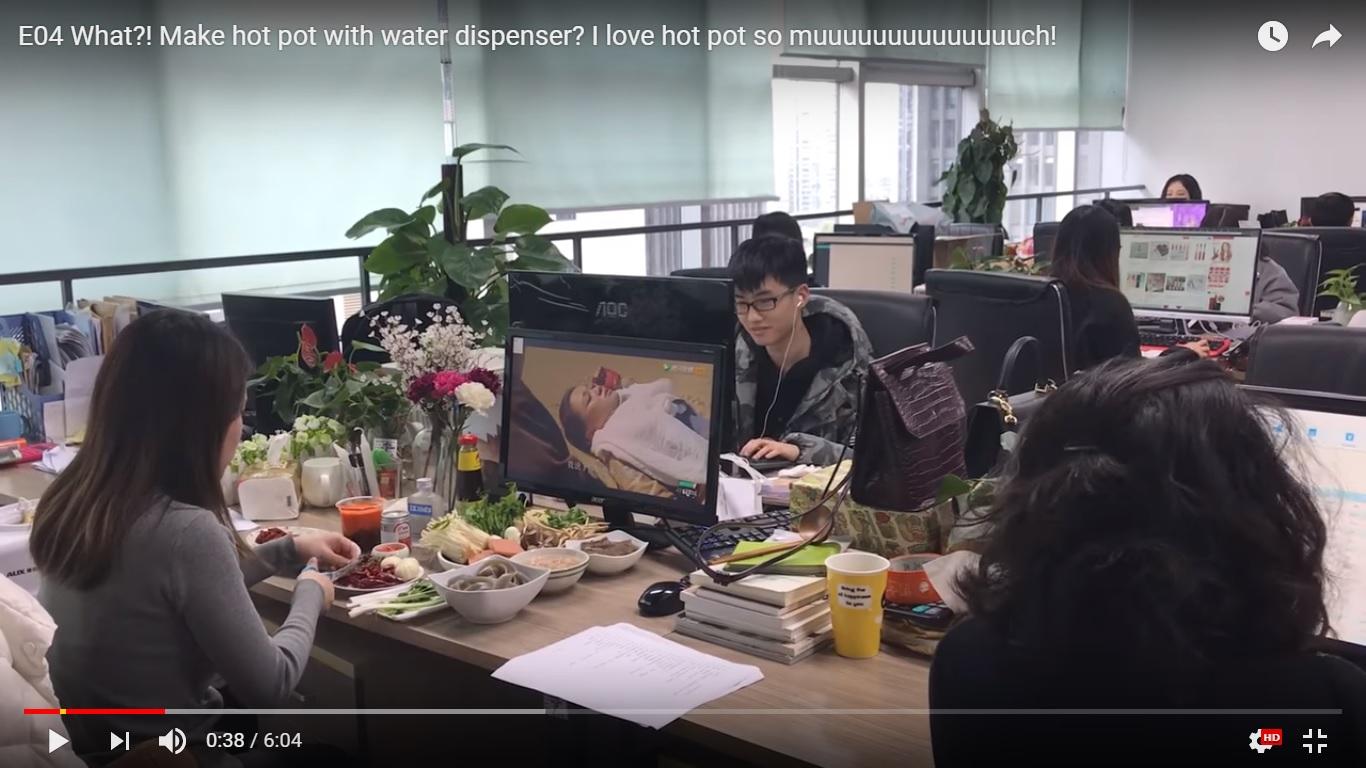 Ms.Yeoh yang lagi masak dikantornya dengan peralatan seadanya (Sumber : www.youtube.com/Ms.Yeah)